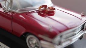 Anelli sull'automobile del giocattolo video d archivio