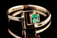 Anello con lo smeraldo Fotografie Stock