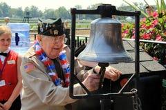 Anello d'aiuto del veterano di WWII la campana per iniziare la corsa, pista di corsa di Saratoga, New York, 2015 Fotografie Stock Libere da Diritti