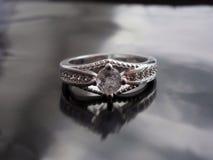 Anello d'annata con il diamante fotografie stock libere da diritti