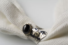 Anello d'argento con la pietra del nero del onix Fotografia Stock
