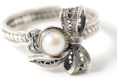 Anello d'argento con le perle Fotografie Stock Libere da Diritti