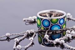 Anello d'argento con le pietre preziose e la catena fine dell'argento Immagini Stock
