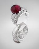 Anello d'argento dell'annata con la gemma rossa Fotografie Stock Libere da Diritti