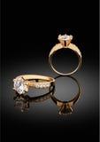 Anello dei gioielli con il grande diamante su fondo nero con il reflectio Immagini Stock