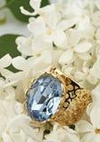 Anello dei gioielli con la pietra preziosa sul fiore bianco Immagini Stock Libere da Diritti