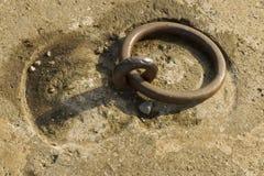 Anello del ferro messo in calcestruzzo Immagine Stock Libera da Diritti
