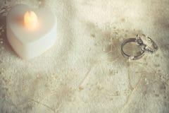 Anello del giorno delle nozze nel fondo regolare e molle di tono Immagine Stock Libera da Diritti