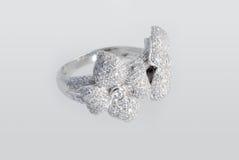 Anello del platino con i diamanti Fotografia Stock