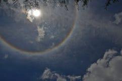 Anello dell'alone del sole e delle nuvole bianche fotografia stock