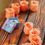 Anello della gemma nel contenitore ed in alcuno di gioielli fiori rosa Fotografia Stock Libera da Diritti