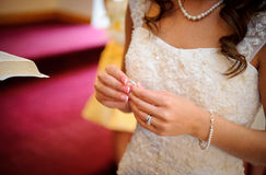 Anello della holding della sposa Fotografia Stock