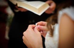 Anello della holding della sposa Fotografie Stock