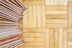 Anello della matita con l'ente di legno sul fondo del parquet Immagine Stock Libera da Diritti
