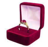 Anello di cerimonia nuziale in casella sopra bianco Fotografie Stock