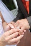 Anello di cerimonia nuziale dello sposo fotografia stock