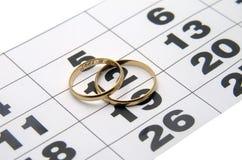 Anello di cerimonia nuziale due su un calendario Immagini Stock