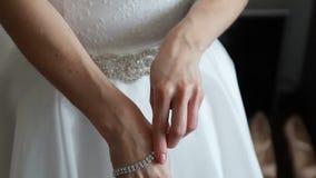 Anello di cerimonia nuziale sulla barretta della sposa stock footage