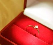 Anello di cerimonia nuziale in una casella rossa Immagini Stock