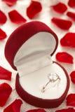 Anello di diamante in casella circondata da Rosa fotografia stock libera da diritti