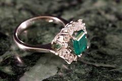 Anello di diamante con il grande smeraldo Fotografia Stock