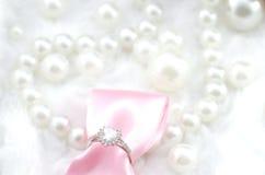 Anello di diamante di impegno del cuore con il nastro rosa Fotografie Stock Libere da Diritti