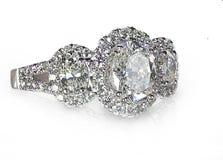 Anello di diamante di pietra di stile di alone del taglio tre brillanti moderni Fotografia Stock