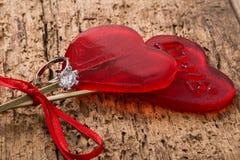 Anello di diamante e caramelle a forma di del cuore Fotografie Stock Libere da Diritti