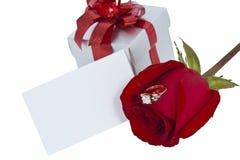 Anello di diamante e rosa dorati, priorità bassa isolata Fotografia Stock