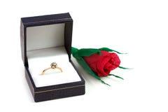 Anello di diamante nel caso e rosa rossa di carta fotografie stock libere da diritti