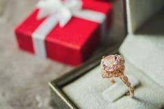 Anello di diamante rosa dei gioielli con il fondo del contenitore di regalo immagine stock