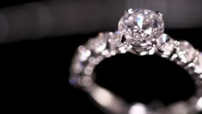 Anello di diamante su priorità bassa nera stock footage