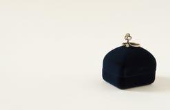 Anello di diamante su una scatola attuale Modello di moda Jewelry Immagine Stock Libera da Diritti