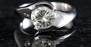Anello di diamante sul nero Fotografia Stock Libera da Diritti