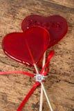 Anello di diamante sulle caramelle a forma di del cuore Fotografia Stock Libera da Diritti