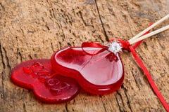 Anello di diamante sulle caramelle a forma di del cuore Fotografie Stock Libere da Diritti