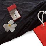 Anello di diamante in un contenitore di regalo su fondo nero Immagini Stock Libere da Diritti