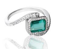 Anello di diamanti verde smeraldo Fotografia Stock Libera da Diritti