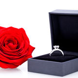 Anello di fidanzamento con un mazzo di rose rosse Immagine Stock