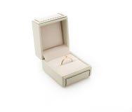 Anello di fidanzamento in contenitore di regalo Immagine Stock