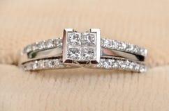 Anello di fidanzamento del diamante del primo piano Fotografie Stock Libere da Diritti
