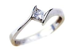 Anello di fidanzamento del diamante sopra bianco Immagine Stock