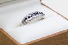 Anello di fidanzamento dello zaffiro e del diamante Fotografie Stock