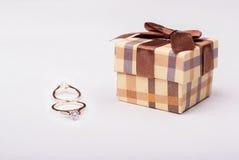 Anello di fidanzamento Offra il suo impegno all'amica 8 marzo Immagine Stock