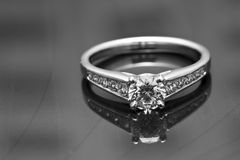 Anello di fidanzamento su una superficie riflettente Fotografia Stock