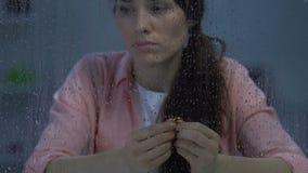 Anello di fidanzamento di tenuta femminile frustrato, soffrente dopo il disfacimento doloroso archivi video