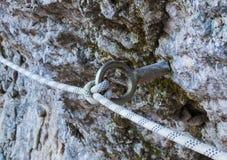 Anello di fissaggio di alpinismo con una corda Fotografie Stock