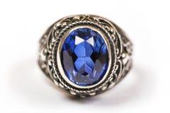 Anello di lusso con zaffiro blu su fondo bianco Immagine Stock