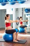 Anello di magia di esercizio dei pilates della donna incinta Immagini Stock Libere da Diritti