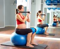 Anello di magia di esercizio dei pilates della donna incinta Fotografia Stock